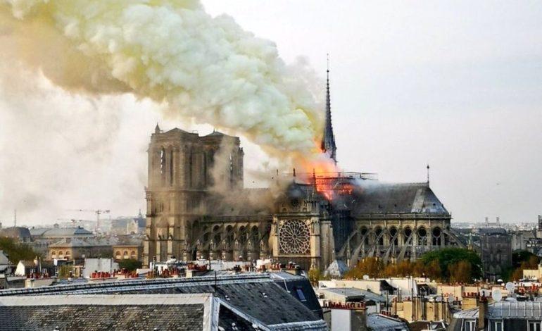 Incendio alla Cattedrale di Notre Dame a Parigi, crollano guglia e tetto (foto-video)