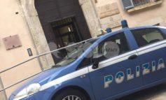 Tenta di sfondare a pugni un portone e aggredisce i poliziotti: arrestato