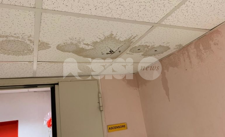 Pronto soccorso di Assisi, piove dentro le stanze: la segnalazione