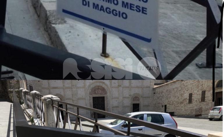 Tempismo perfetto: in Piazza San Rufino cartelli spariti ma lavori non fatti
