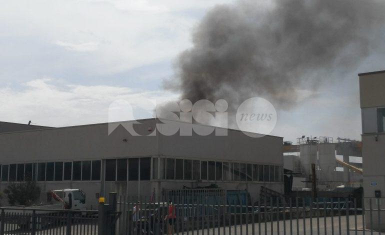 Incendio a Bastia Umbra, bruciati legno e plastica in un capannone (foto+video)
