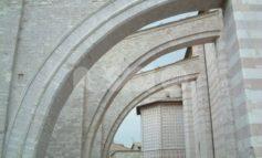 Auto contro gli arconi di Santa Chiara: il conducente dovrà pagare il restauro
