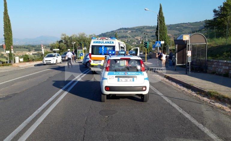 Scontro motorino auto all'entrata a scuola: un ferito lieve (foto)