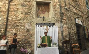Edicola votiva di vicolo Frondini, tanta gente all'inaugurazione post restauro