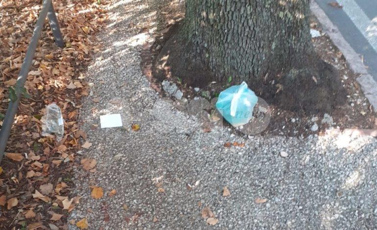 Viale Umberto I, sacchetti abbandonati e rifiuti: i cittadini protestano (foto)