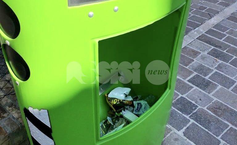 Colonnina autovelox utilizzata come cestino della spazzatura (FOTO)