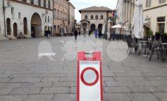 Piazza del Comune chiusa in bassa stagione, un'immagine desolante (foto)