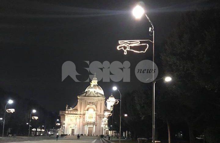 Luci natalizie sbagliate a Santa Maria: gli angeli attaccati male? La replica della Pro loco