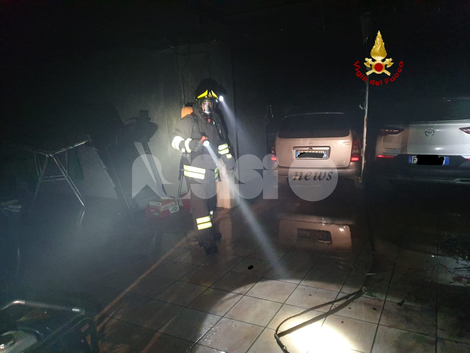 Incendio in un'autorimessa a Bettona, danneggiate tre auto (foto)