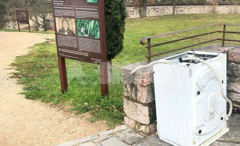 Lavatrice al bosco di San Francesco, scaricata da ignoti all'ingresso