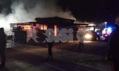Incendio in un capannone a Cannara, lo spegnimento delle fiamme durerà ore (foto)