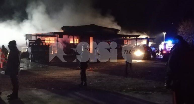 Incendio in un capannone a Cannara, ore di lavoro per spegnerlo (foto)