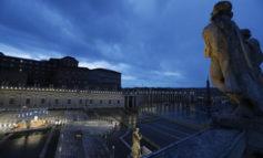 """Papa Francesco prega per la fine della pandemia: """"Dio, non lasciarci nella tempesta"""""""