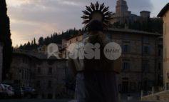 Don Cesare Provenzi benedice Assisi: la foto diventa virale