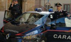 Alla guida dell'auto senza patente per comprare le sigarette: denunciato