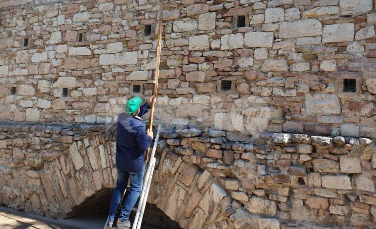 """Pulizia dei vicoli, ad Assisi l'esempio dello """"zio Gianni"""" Camerin (foto)"""