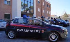 Viola il divieto di uscire e ubriaco aggredisce i carabinieri: denunciato