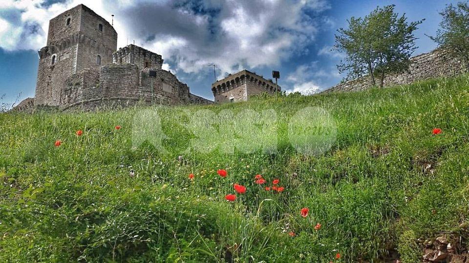 25 aprile 2020, la Rocca Maggiore di Assisi tricolore fino al 2 giugno