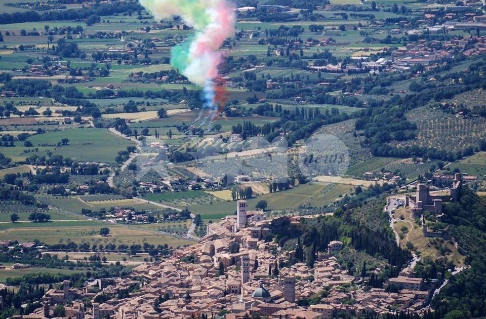 Frecce Tricolori in Umbria, le foto e i video del passaggio ad Assisi e dintorni