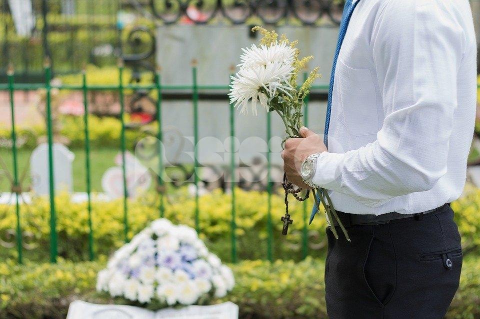 """Fiori finti scomparsi al cimitero di Viole, l'aggiornamento: """"Il mistero rimane"""""""