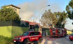 Incendio a Ponte San Giovanni, immensa colonna di fumo (foto+video)
