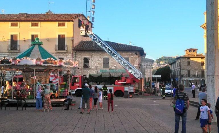 Insegna pericolante, a Santa Maria intervengono i vigili del fuoco (foto)
