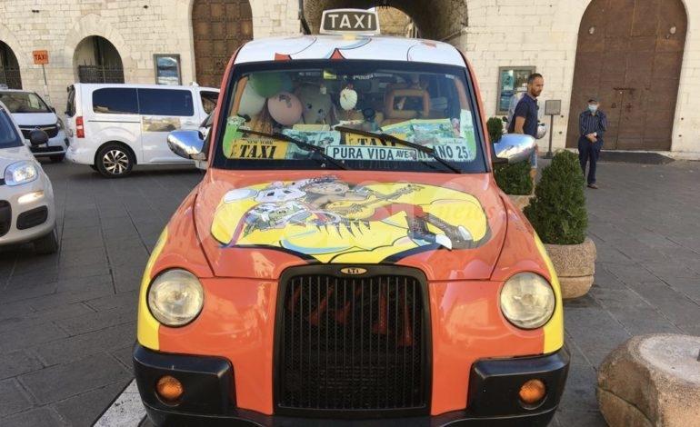 Caterina Bellandi ad Assisi con il suo Taxi Milano 25 'dedicato' ai SuperEroi