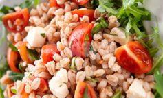 Insalata di farro: ricetta estiva light, ingredienti e preparazione