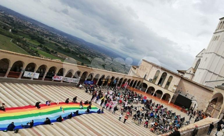 Catena umana per la Pace 2020, in 2.000 da Perugia ad Assisi (foto)