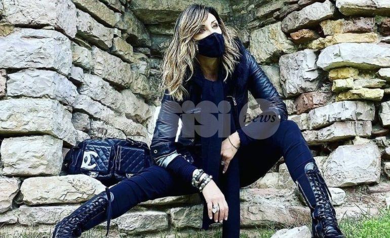 Sabrina Salerno ad Assisi, scatto alla Rocca Maggiore total-black e mascherina