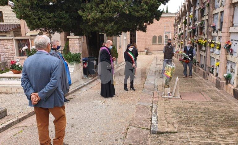 Commemorazione dei defunti 2020, la giunta li onora al cimitero di Assisi