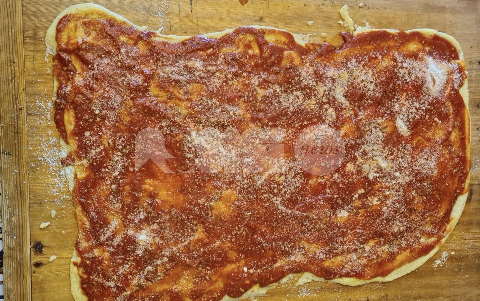 Polenta umbra al sugo e salsicce sulla spianatoia: ricetta storica e preparazione