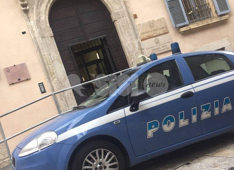 Vendeva cocaina sotto casa, spacciatore arrestato dalla Polizia