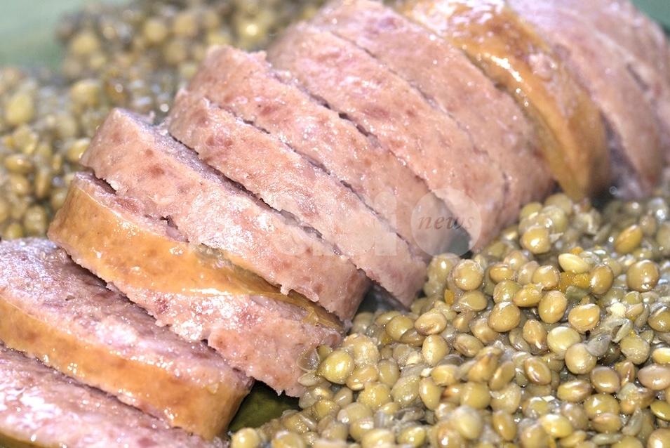 Cotechino o zampone con le lenticchie, ricetta tradizionale di Capodanno: come si prepara