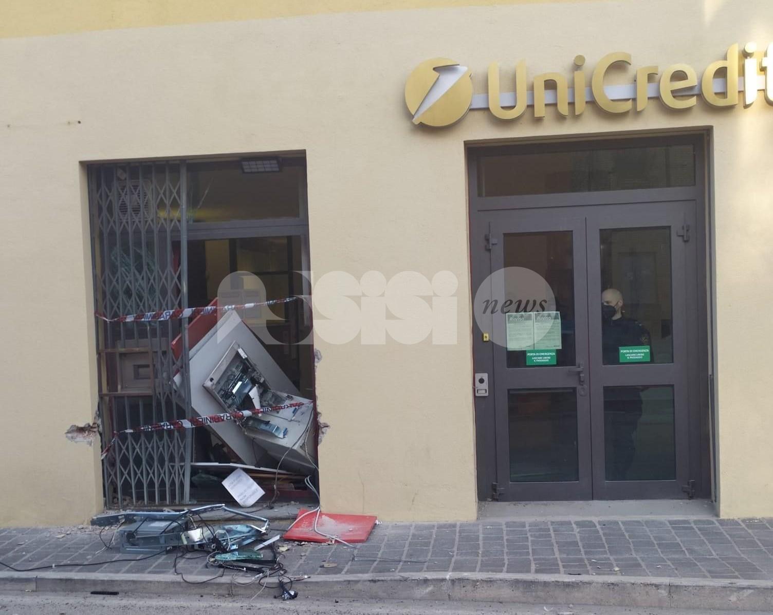 Tentato furto all'Unicredit di Petrignano di Assisi: speronato il bancomat (foto)