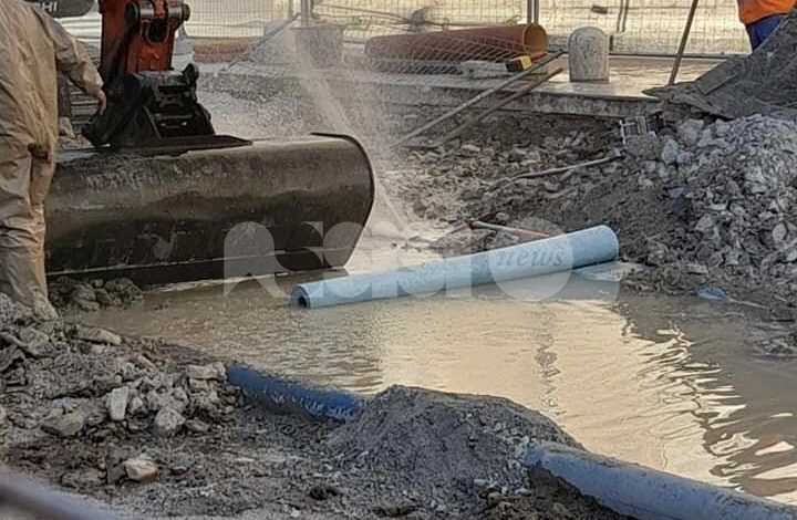 Perdita d'acqua a Santa Maria, lavori in corso e alimentazione ripristinata (foto)