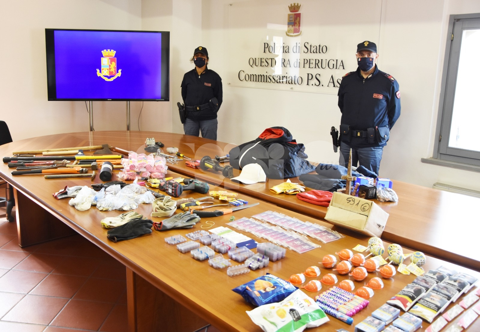 Triplo colpo a negozi di Bastia Umbra, la Polizia denuncia due ladri e recupera la refurtiva (foto+video)