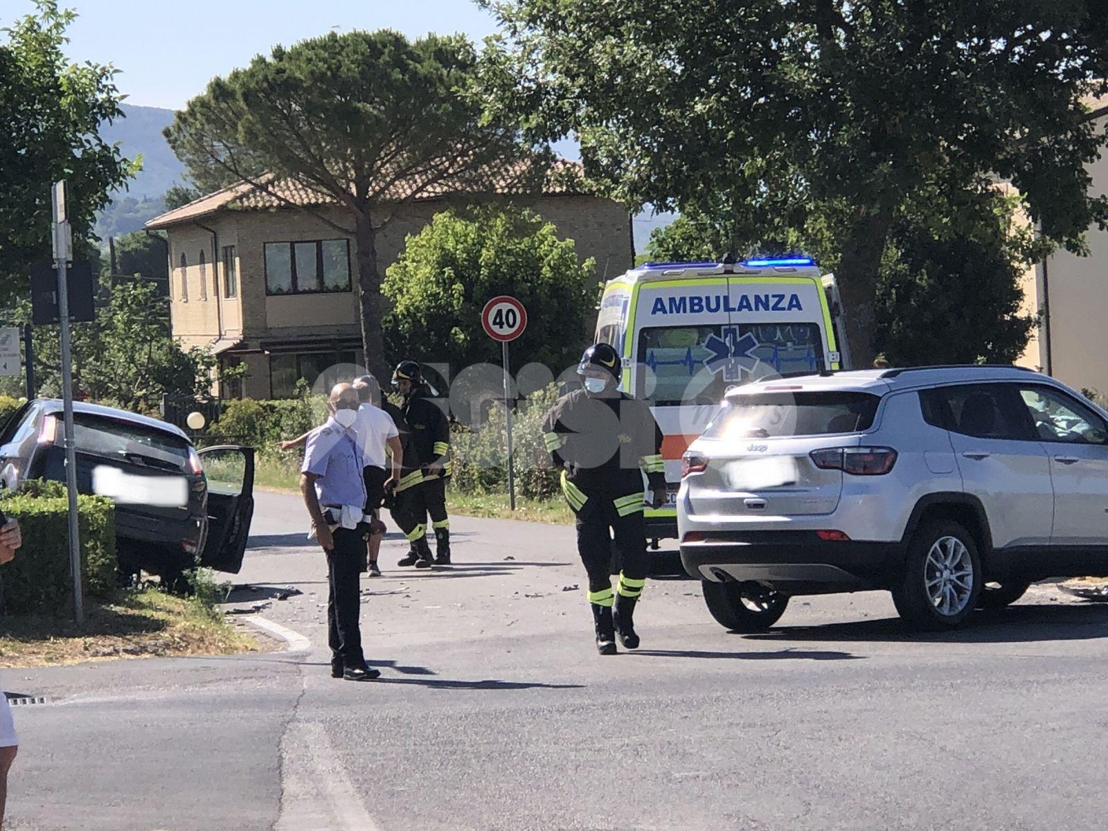 Incidente all'incrocio di via Valecchie, ingenti danni ai mezzi (foto)