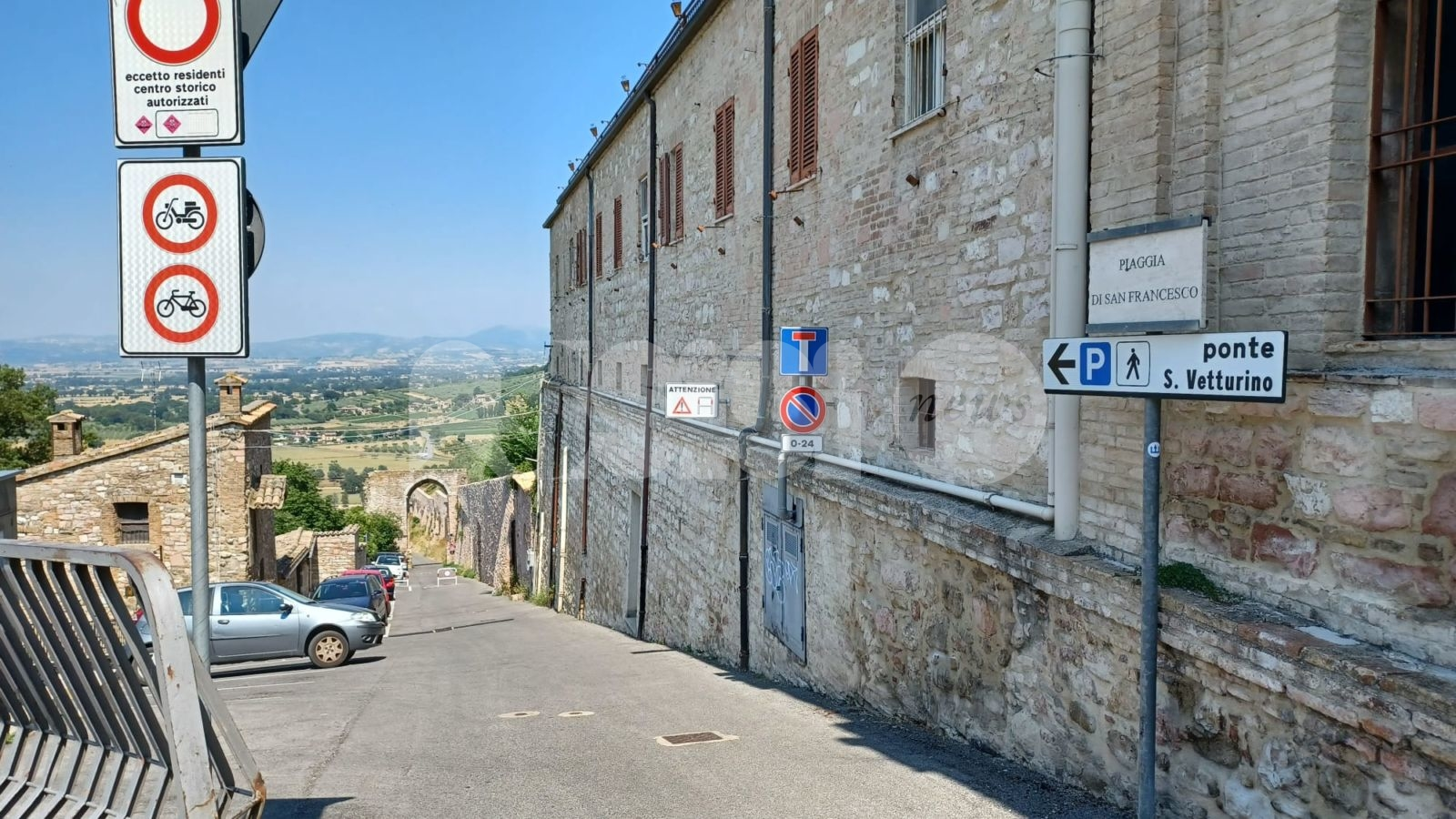 Piaggia San Francesco bisognosa di manutenzione: la segnalazione (foto)