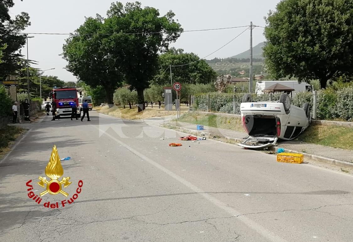 Auto ribaltata a Capodacqua, una persona ferita lievemente