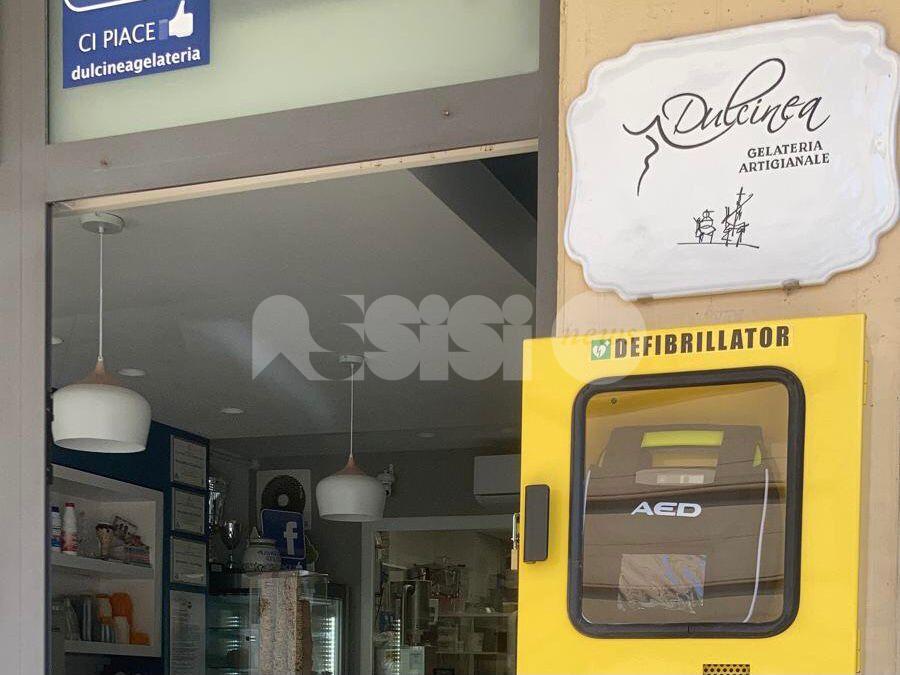 Defibrillatore alla gelateria Dulcinea di Bettona, a disposizione di tutti