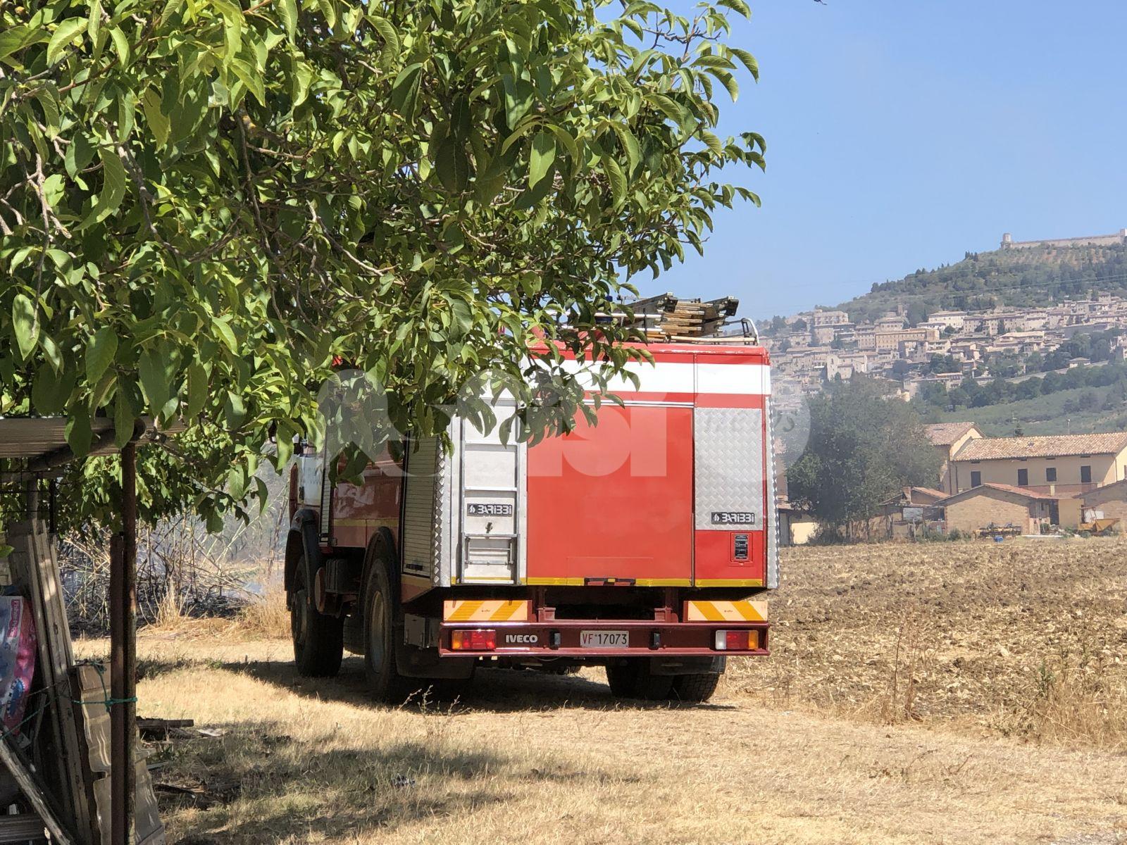 Incendio fra Rivotorto e Santa Maria degli Angeli: domate le fiamme (foto)
