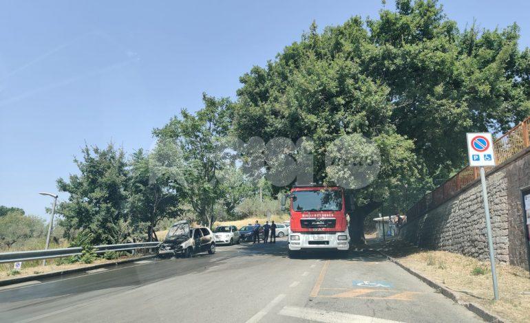 Auto a fuoco in zona ospedale, fiamme spente dai vigili del fuoco