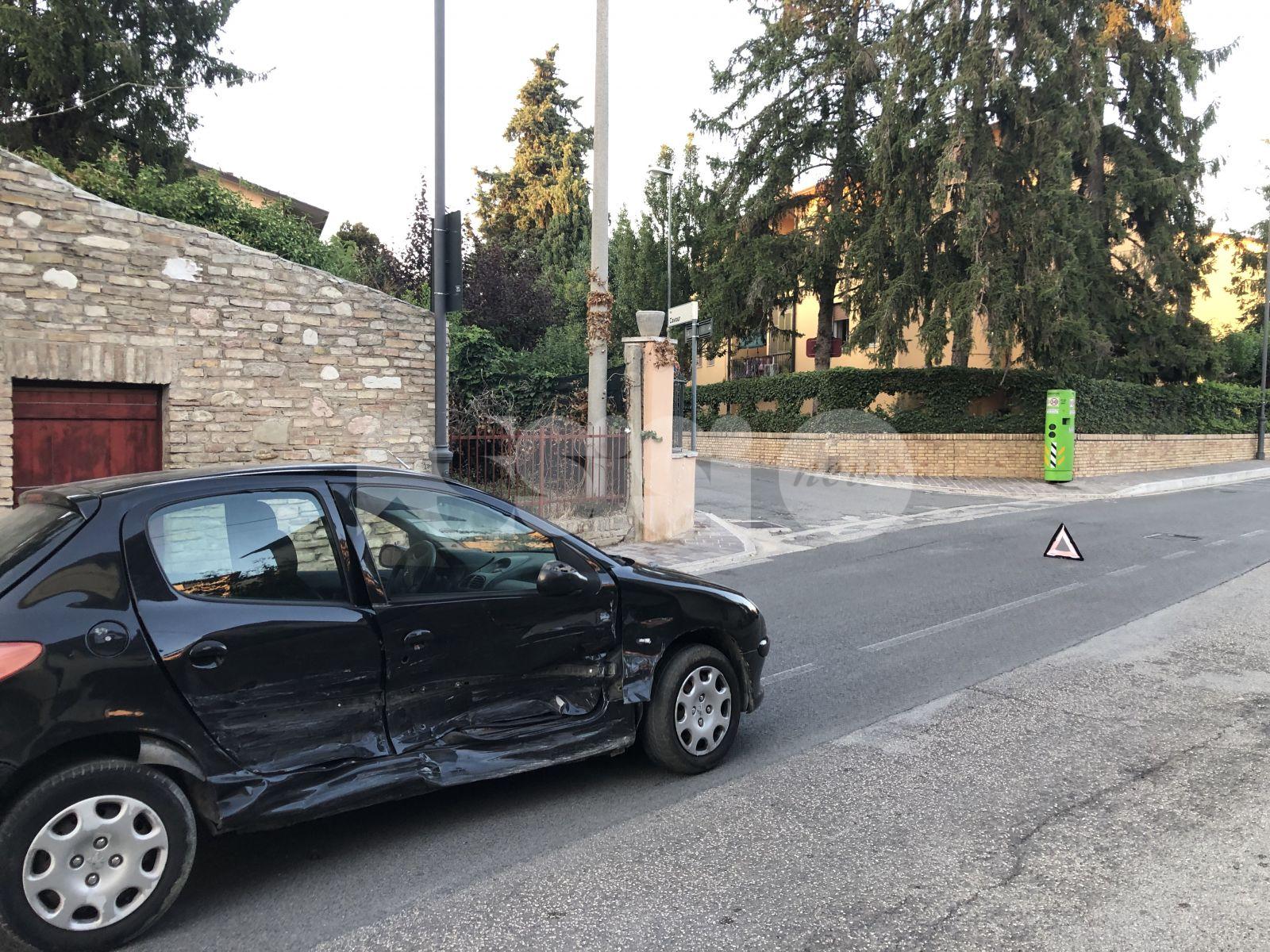 Incidente a Santa Maria degli Angeli, danni ai mezzi (foto)