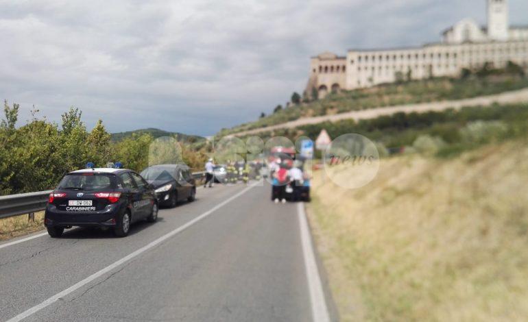 Incidente alla rotatoria sotto al Serafico, un ferito e traffico in tilt (foto)