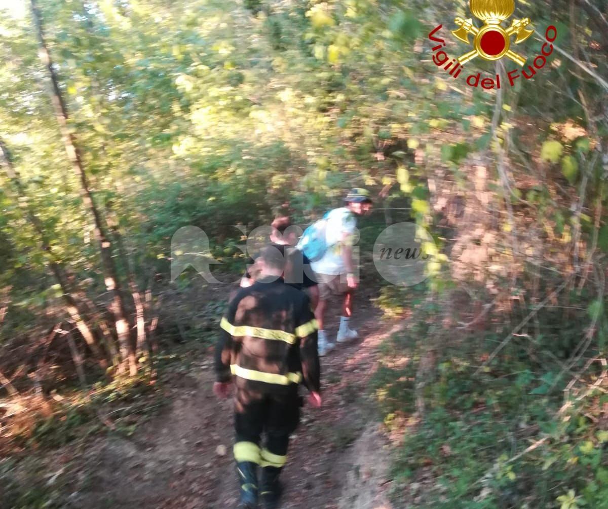 Persi nel bosco, danno l'allarme e vengono salvati (foto)