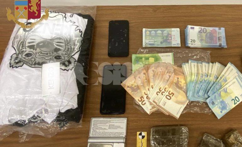 Hashish, soldi in contanti e anche falsi: arrestato 'grossista' della droga